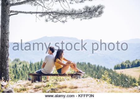 Junges Paar auf Berg ruht auf der Werkbank - Stockfoto