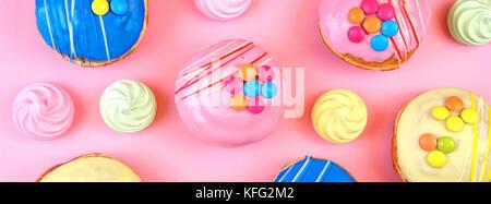 Pop Art Colour Style Donuts und Bäckerei goodies auf hellen bunten Hintergrund Größe passt eine beliebte Social - Stockfoto