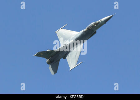 F-16 Viper des Air Combat Command F-16 Viper Demonstration Team von Shaw AFB, S.C., im Flug. - Stockfoto