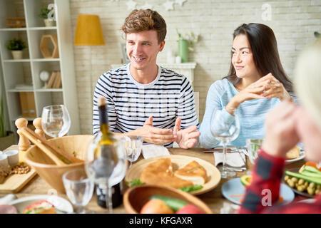 Glückliches Paar am Tisch - Stockfoto