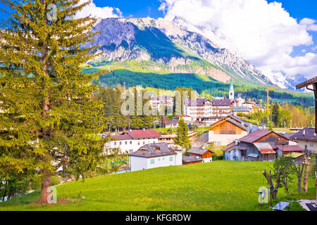 Alpine Stadt Cortina d'Ampezzo in den Dolomiten Alpen, Region Venetien, Italien - Stockfoto