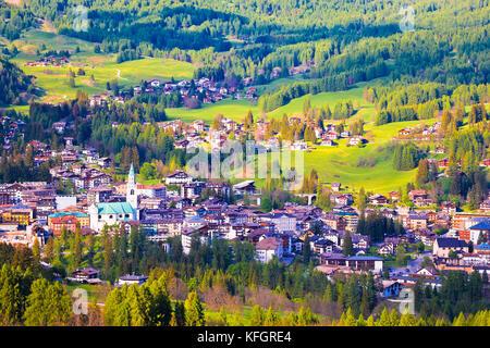 Alpne grüne Landschaft von Cortina d'Ampezzo, Stadt in Dolomiten Alpen, Region Venetien, Italien - Stockfoto