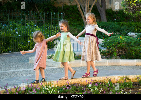 Drei junge Schwestern/Mädchen/Kinder/Kinder/Kind im Alter von 7, 3, & 5 Jahre, auf Familienurlaub Gleichgewicht, - Stockfoto