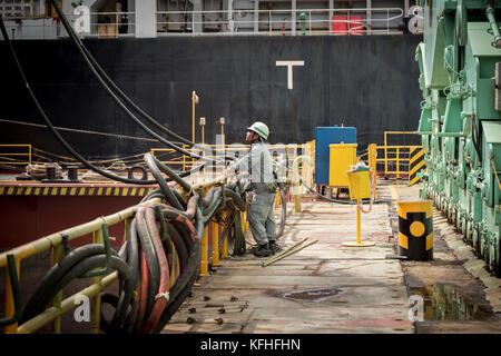 Zwei Meister überwachen Schweißarbeiten. cam Rahn Werft, Vietnam.