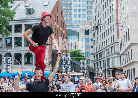 Künstler auf der Straße unterhalten Touristen außerhalb Quincy Market in Boston, Massachusetts - Stockfoto