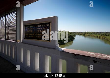 Boundary Marker auf der Brücke über den Rio Grande zwischen den USA und Mexiko Nuevo Progreso, Tamaulipas, Mexiko. - Stockfoto