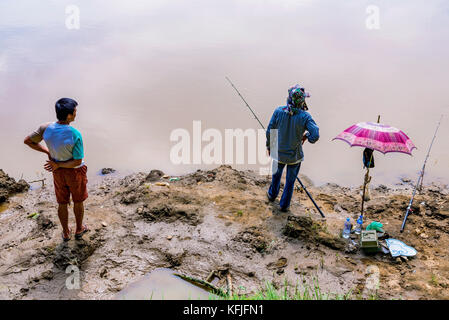 Chiang Mai, Thailand - Juli 29: Fischer fischen im Fluss Ping, ein beliebter Treffpunkt für Einheimische Fisch in - Stockfoto
