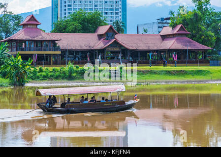 Chiang Mai, Thailand - Juli 29: Dies ist eine Ansicht eines tourboat und Riverside Gebäude entlang der berühmten - Stockfoto
