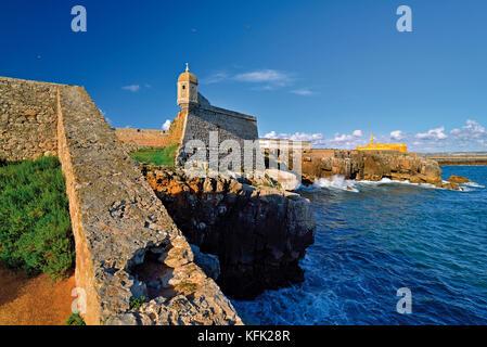 Küste mit mittelalterlichen Festung und felsigen Küste in Peniche - Stockfoto