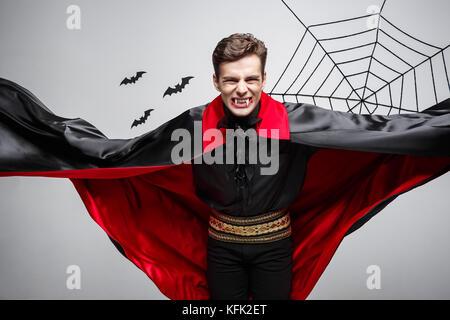 Vampir Halloween Konzept - Portrait von Stattlichen kaukasischen vampir halloween kostüm Flattern seine roten, schwarzen - Stockfoto