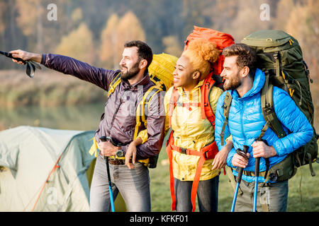 Wanderer mit Rucksack im Freien - Stockfoto