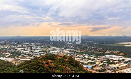Luftaufnahme von sich schnell ausbreitenden Quezon City, das sich über die Savanne, Gaborone, Botswana, Afrika, - Stockfoto