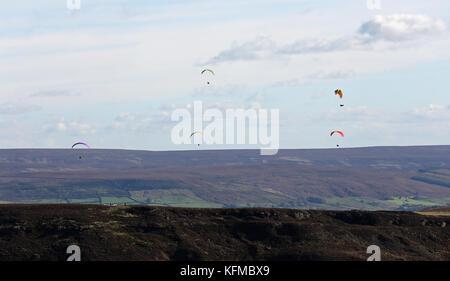 Luftaufnahme von Gleitschirmen über den North Yorkshire Moors, Großbritannien - Stockfoto