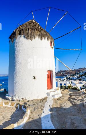 Mykonos, Griechenland. Windmühlen sind ikonische Funktion der griechischen Insel Mykonos, Kykladen Inseln. - Stockfoto
