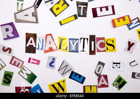Ein Wort Schreiben von Text, Konzept der Analytics aus verschiedenen Magazin Zeitung schreiben für Business Case - Stockfoto