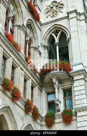 Rathaus Wien, neo-gotischen Gebäude Fassade, Nahaufnahme, Detail, Low Angle View. Wien Rathaus. Unesco-Weltkulturerbe. - Stockfoto
