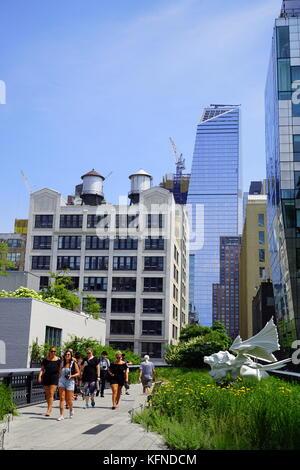 Besucher, die auf der New York City Highline (einer erhöhten Garten), New York City, NY, USA - Stockfoto