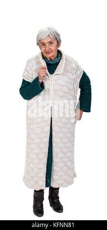 Eine ziemlich alte Dame auf gestrickte Kleider vor einem weißen Hintergrund stehen. - Stockfoto