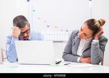 Geschäftsleute sind von Überstunden müde. - Stockfoto