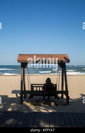 Tainan, 30.Oktober 2017: eine Frau sieht das Meer am Strand in Tainan, östlich von Seoul, Südkorea. die 23. olympischen - Stockfoto