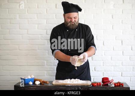 Bärtigen Koch Küchenchef bereitet Mahlzeiten - Stockfoto