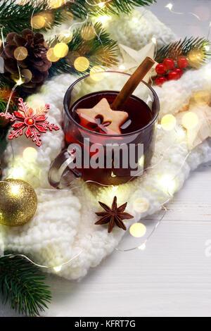 Weihnachten Glühwein. traditionellen deutschen Glühwein mit Gewürzen und Apfelscheiben. Kopieren Sie Platz - Stockfoto