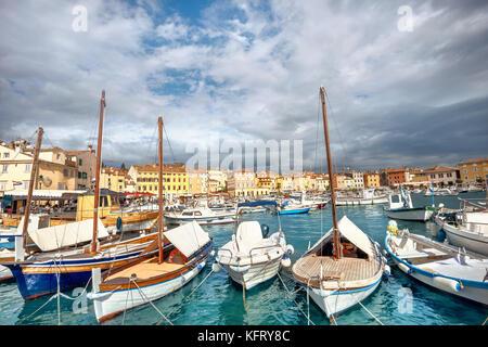 Hafen und Marina in der Altstadt von Rovinj, Istrien, Kroatien. - Stockfoto