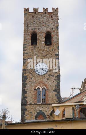 Kirchturm mit Uhr St. Johannes Baptist im Dorf von Monterosso al Mare in der Cinque Terre in Ligurien, Italien. Stockfoto