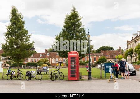 Die Kathedrale von Salisbury Green mit seinen roten Telefonzelle und alte grüne Lampe post. - Stockfoto
