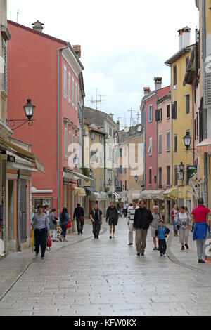 Rovinj, Kroatien - 15. Oktober: Die Menschen wandern in der Fußgängerzone in Rovinj am 15. Oktober 2014. Die Touristen - Stockfoto