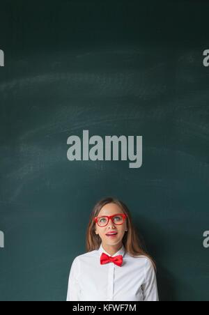 Junge Frau, die mit blackboard. - Stockfoto