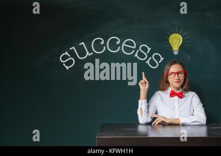 Erfolg text auf Tafel mit geschäftsfrau Hand zeigen Erfolg Wort - Stockfoto