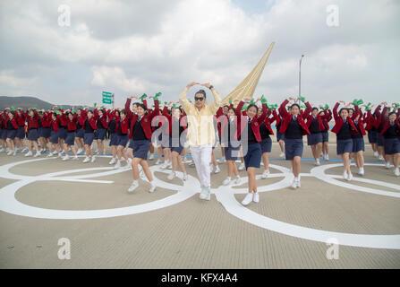 Die olympischen Fackellauf, Nov 1, 2017: die Menschen tanzen vor den olympischen Fackellauf auf der Brücke in Incheon - Stockfoto