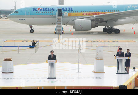 Lee nak-yeon, Nov. 1, 2017: koreanische Premierminister Lee nak-yeon (c) spricht als die olympische Flamme nach - Stockfoto