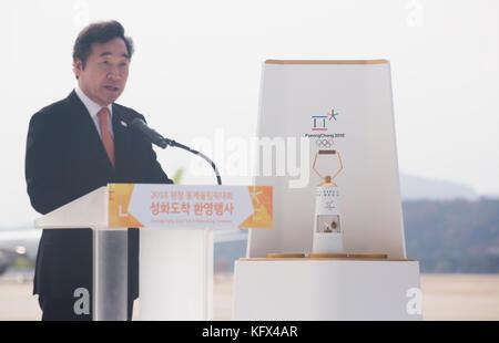 Lee nak-yeon, Nov. 1, 2017: koreanische Premierminister Lee nak-yeon spricht als die olympische Flamme aus Griechenland - Stockfoto