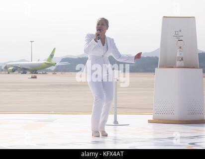 Insooni, Nov 1, 2017: Koreanische Sängerin insooni führt als die olympische Flamme aus Griechenland ist nach seiner - Stockfoto
