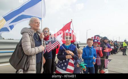 Die olympischen Fackellauf, Nov 1, 2017: Menschen versammeln sich die Olympischen Fackellauf auf der Brücke in Incheon - Stockfoto