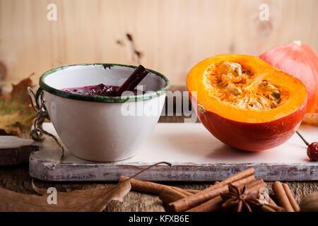 Hausgemachte Preiselbeersoße im rustikalen Becher, Vorbereitung Thanksgiving Dinner - Stockfoto