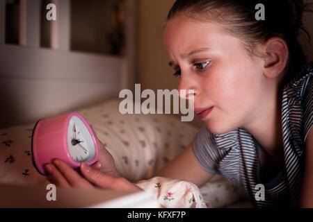In dem Bestreben, Mädchen nicht mehr auf die Uhr schauen, schlafen - Stockfoto