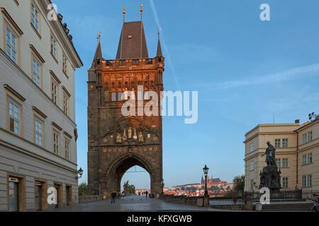 Am frühen Morgen Sonnenlicht leuchtet der Turm der Karlsbrücke mit Blick auf die Prager Burg, Prag 1, Tschechische - Stockfoto