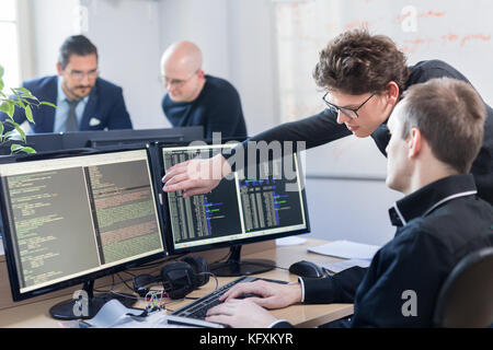 Start business Problemlösung. Software Entwickler arbeiten auf dem Desktop Computer. - Stockfoto