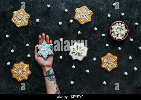 Hand mit hausgemachten Weihnachten Lebkuchen - Stockfoto