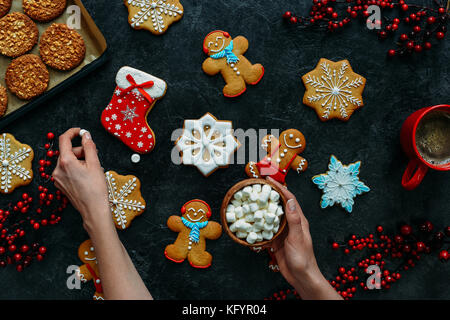 Weihnachten Lebkuchen und Marshmallows in Händen - Stockfoto