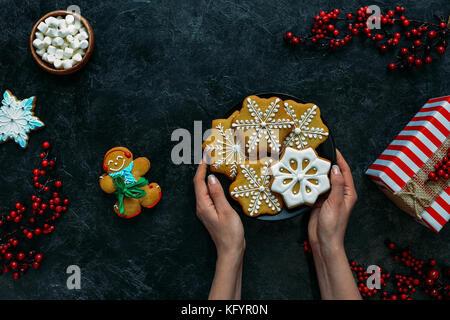 Weihnachtsplätzchen in den Händen - Stockfoto