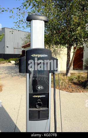 Kraftstoffverbrauch kleine Fiat Elektroauto Aufladen der Batterie an der Ladestation Parkplatz im Osten von Los - Stockfoto