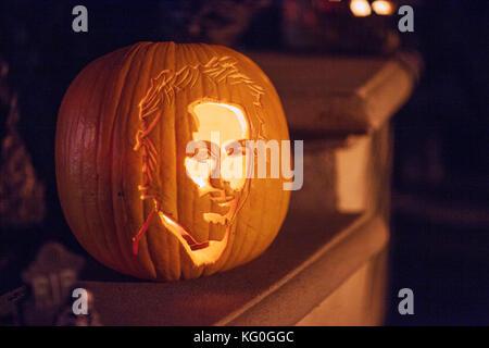 Spaß für die ganze Familie - halloween pumpkin Jack-o-lanterns mit dem Gesicht von Bob Marley von Natty Dread Album - Stockfoto