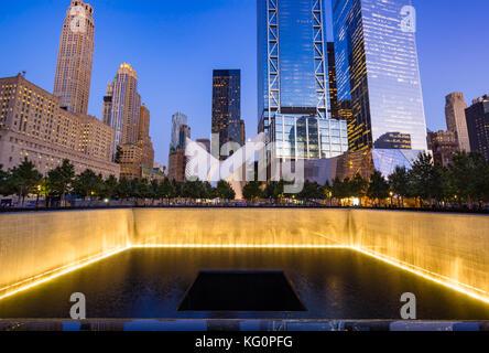 Im Norden einen reflektierenden Pool bei Dämmerung mit Blick auf das World Trade Center Tower 3 und 4 beleuchtet. - Stockfoto