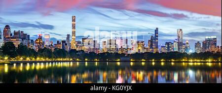 New York city panorama. Jacqueline Kennedy Onassis Reservoir die Skyline von Midtown im Central Park spiegelt.