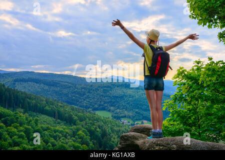 Wanderer junge Mädchen stehend mit Händen bis Erreichen der oberen bewundern, die Berglandschaft. Epische Schuss - Stockfoto