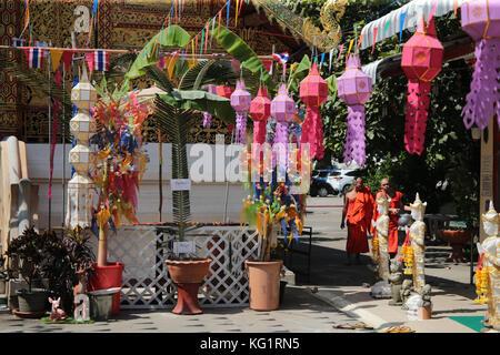 Chiang Mai, Thailand, 03. November 2017 die Akte der Freigabe krathong, der traditionell ein kleines Blatt Container - Stockfoto